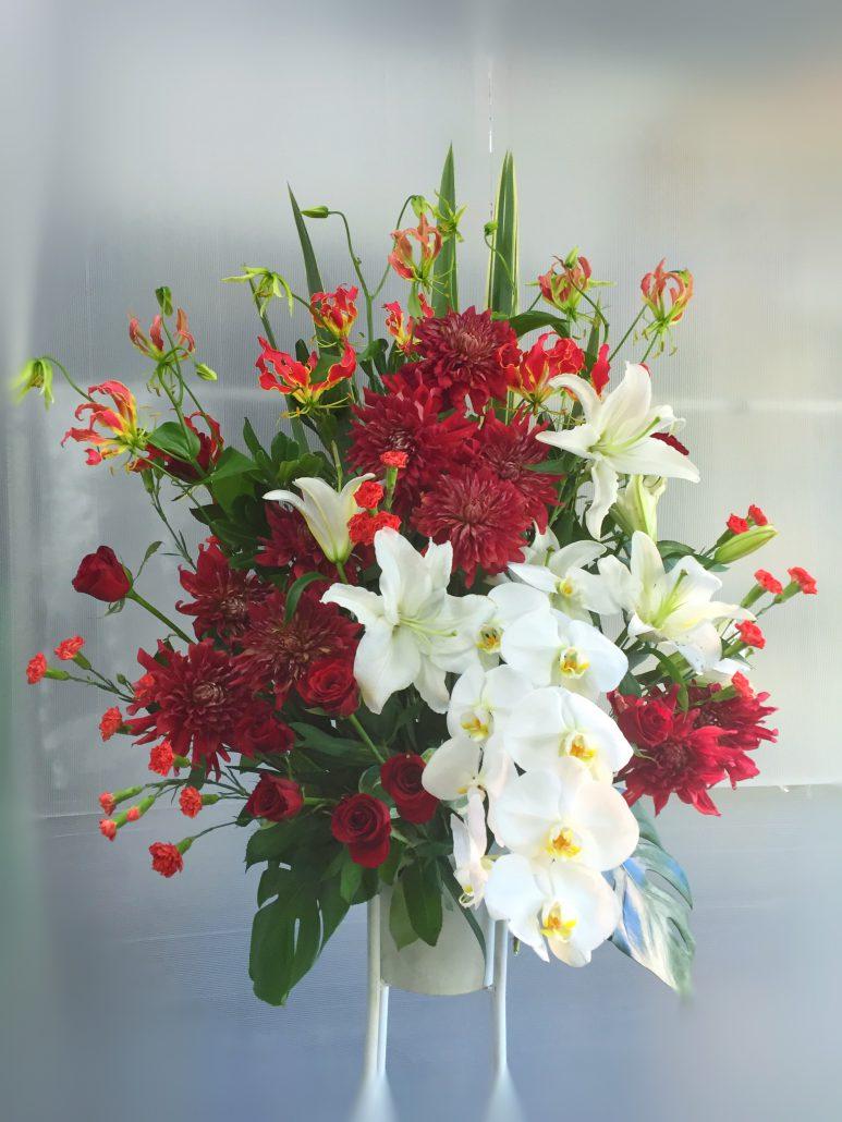 胡蝶蘭を入れた豪華なスタンド花